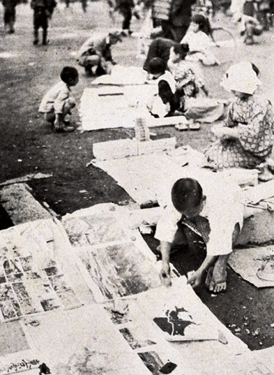 Photograph of children selling postcards and maps in post-disaster Tokyo
